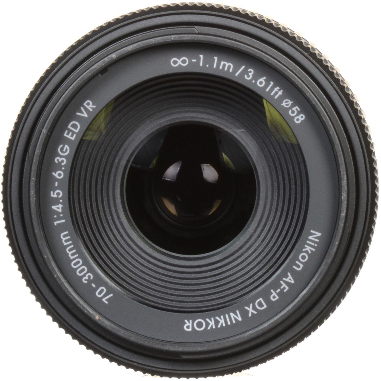 در لنزهای کیت DX قدیمی تر، شما ابتدا باید سوئیچ را به حالت M در لنز تغییر دهید تا بتوانید جلو لنز را بچرخانید.اما این لنز به شما اجازه می دهد تا فوکوس اتوماتیک را به سادگی با چرخاندن حلقه فوکوس درهر زمان تغییر دهید. حلقه زوم بسیار بزرگ است و بیشترین قسمت